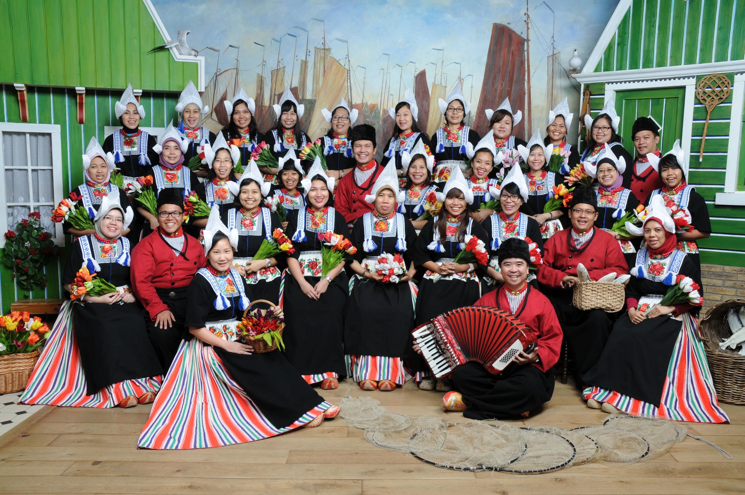 Group foto in Volendam costume