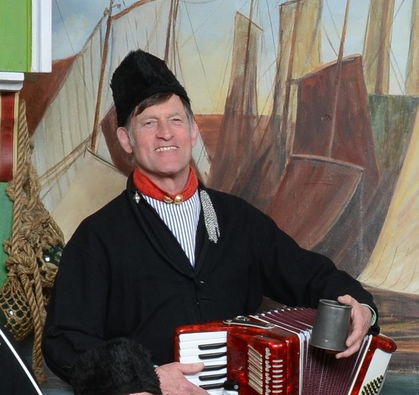 Huub van der Lubbe foto in Volendamse klederdracht