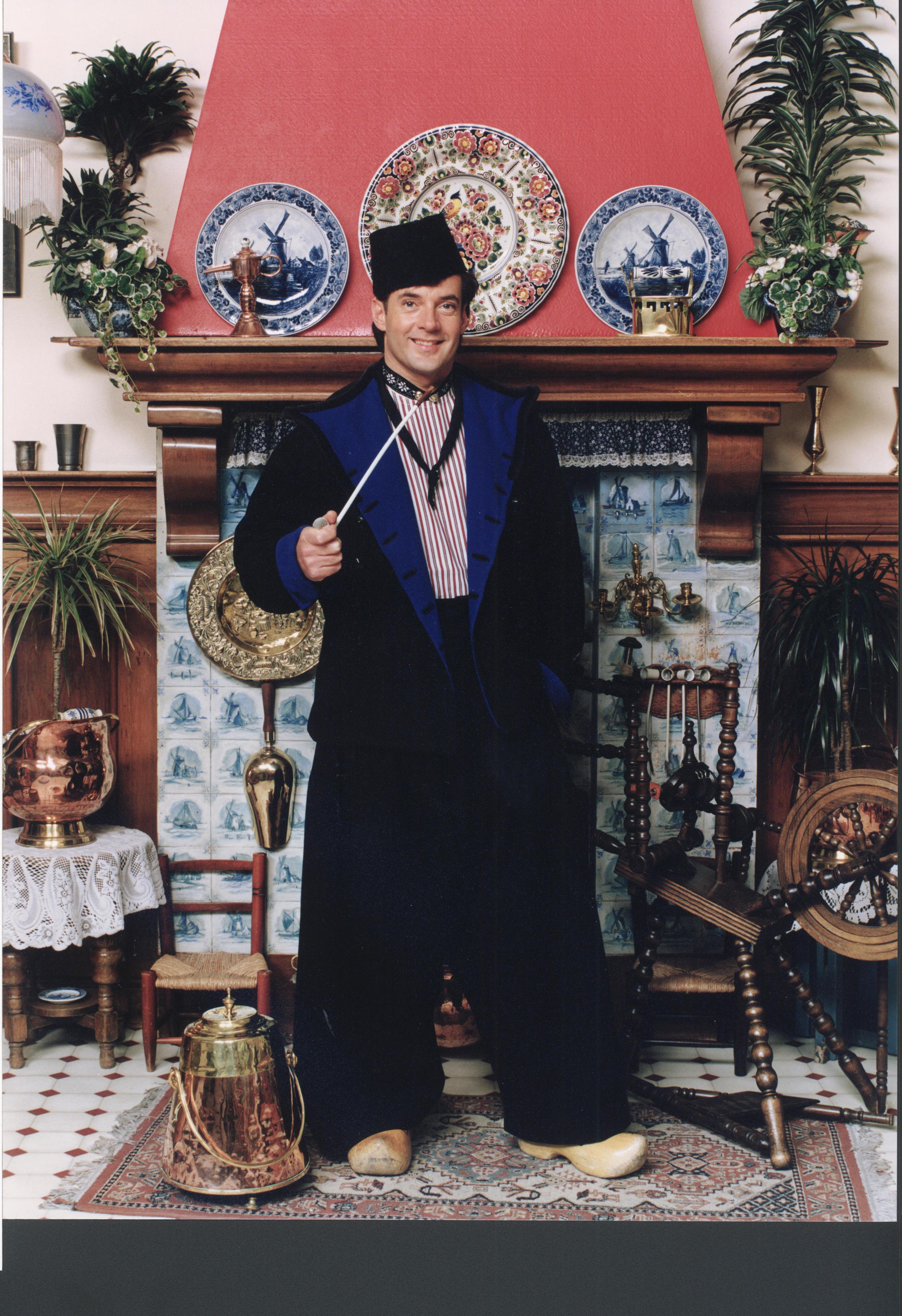 Gerard Joling in Volendamse klederdracht