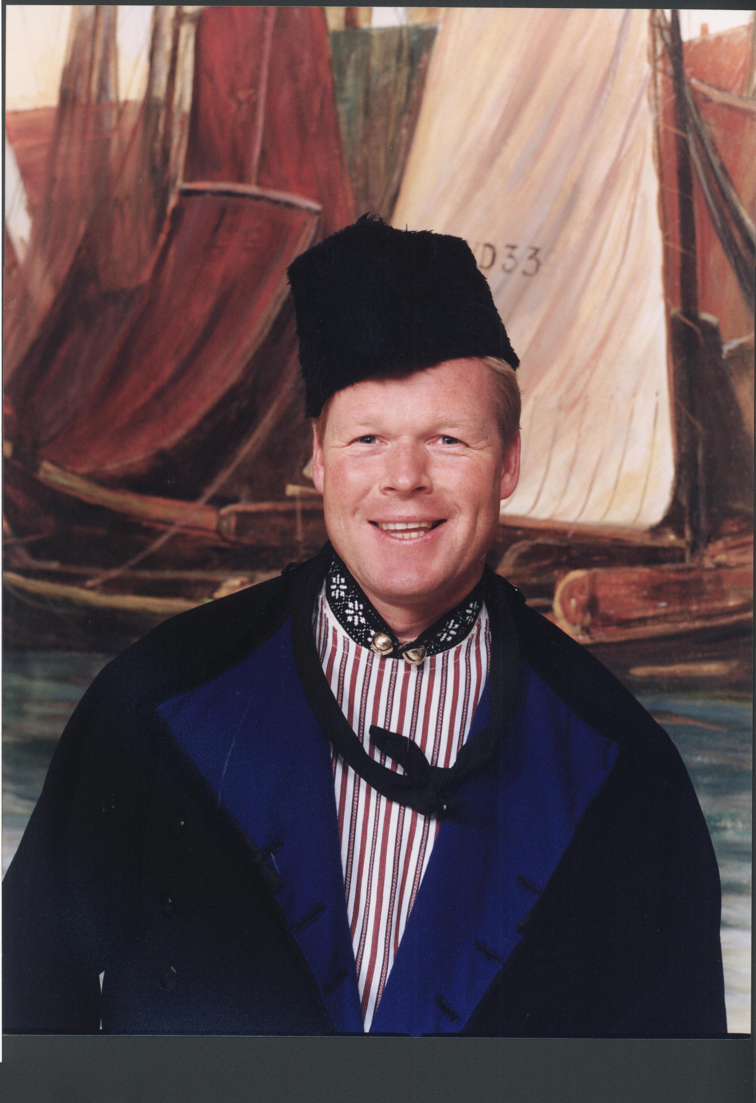 Ronald Koeman in Volendamse klederdracht