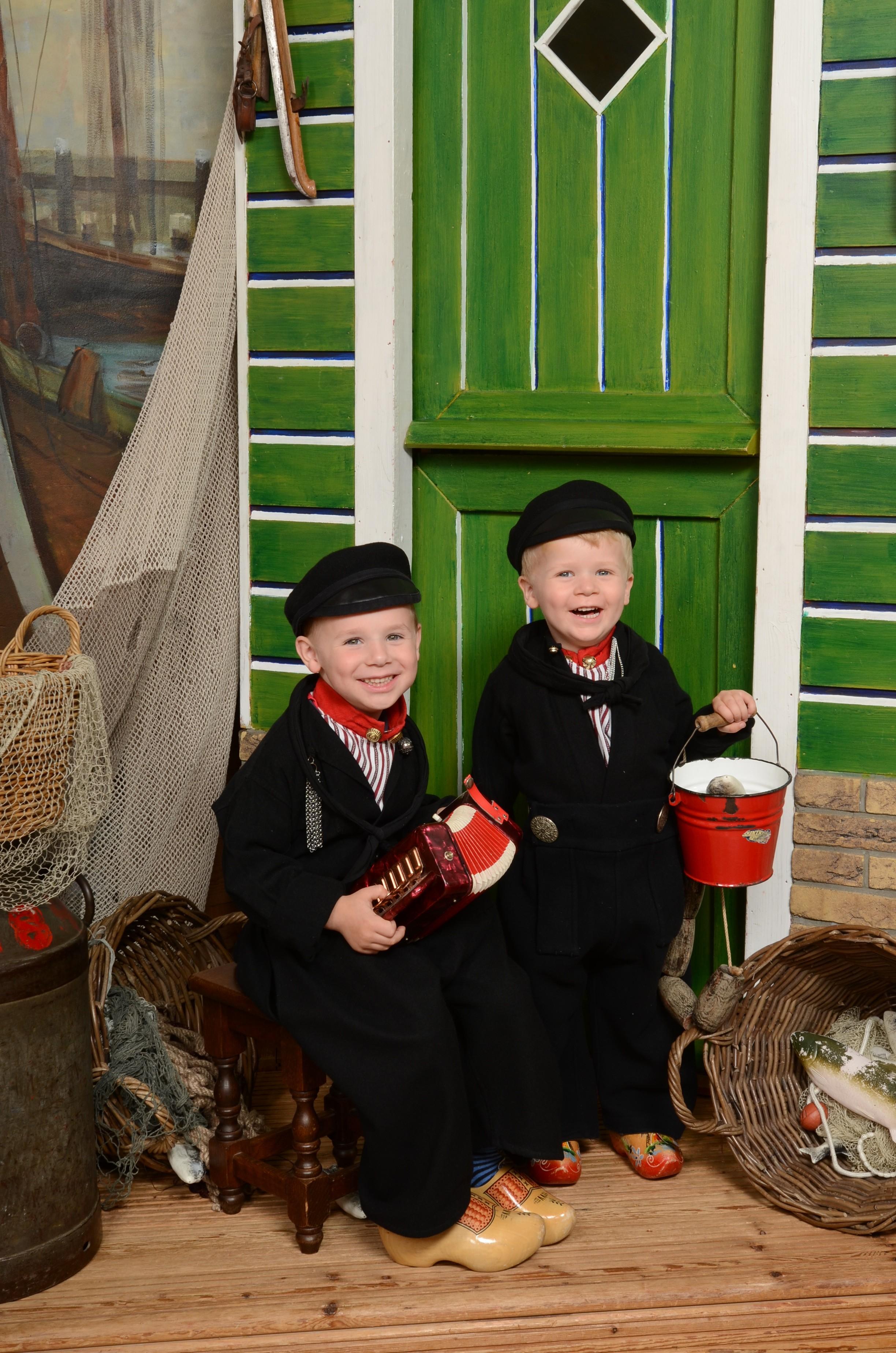 Jongetjes in Volendams kostuum