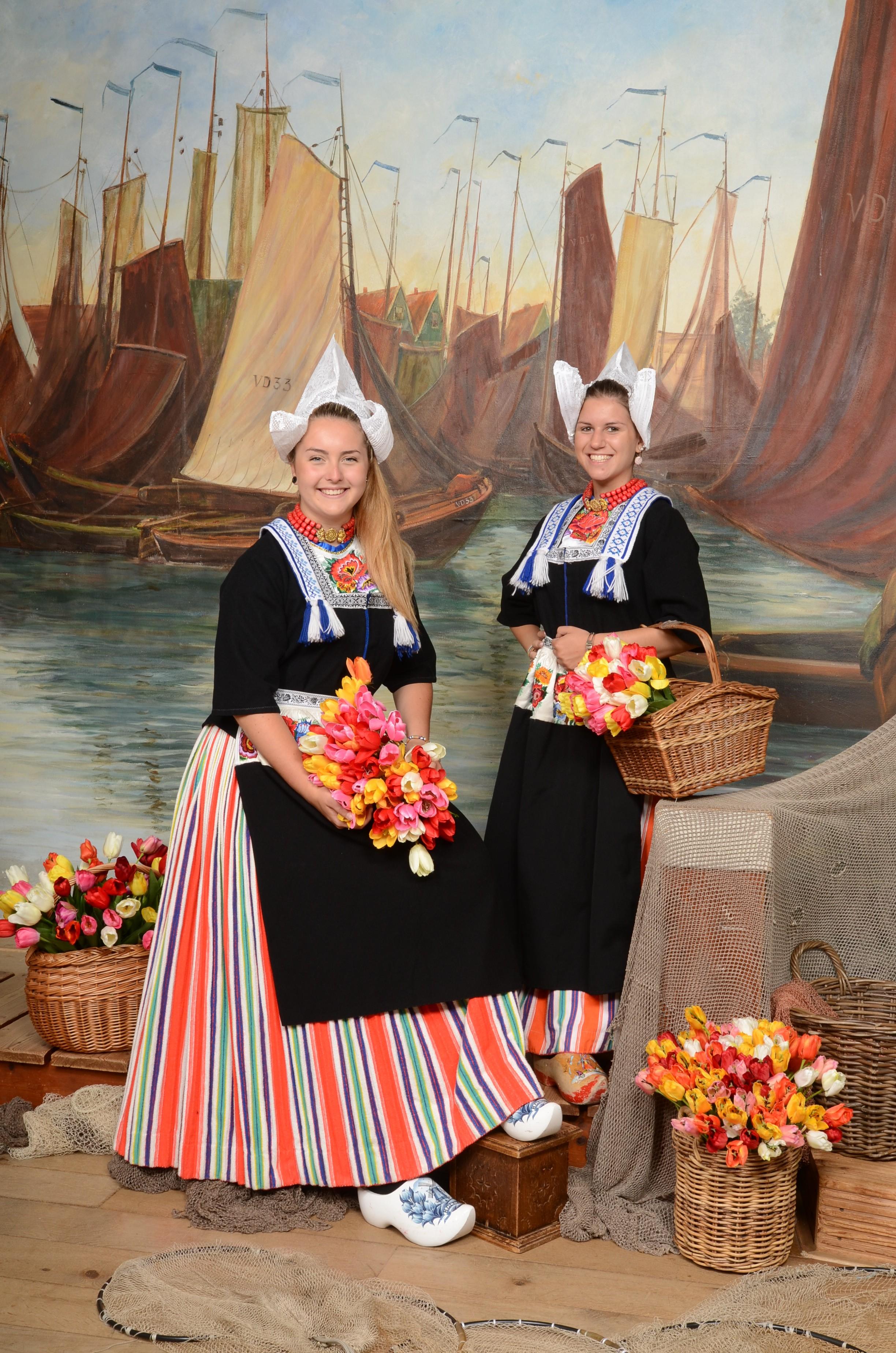 Vriendinnen in Volendams kostuum
