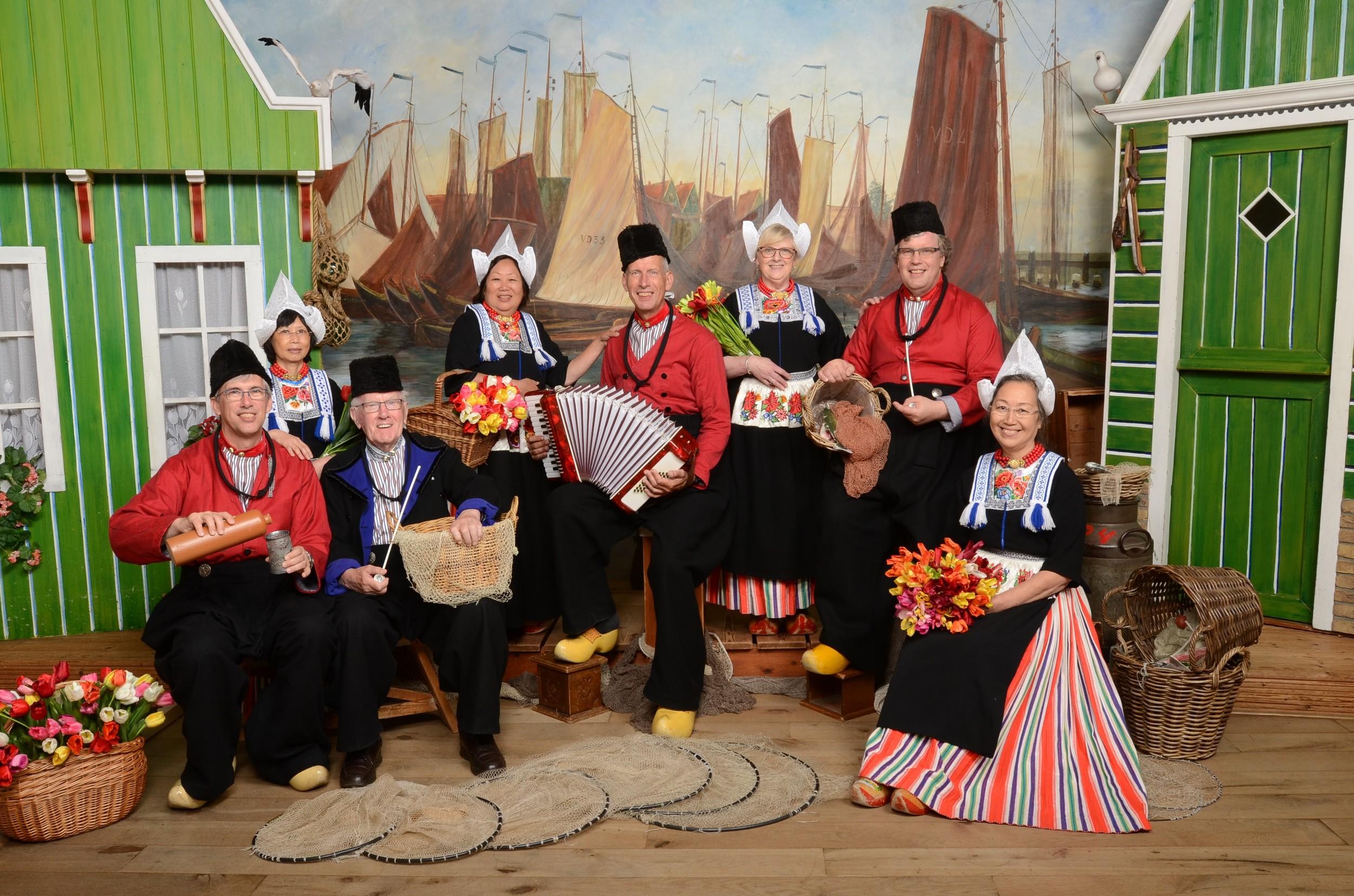Groepen in Volendams kostuum