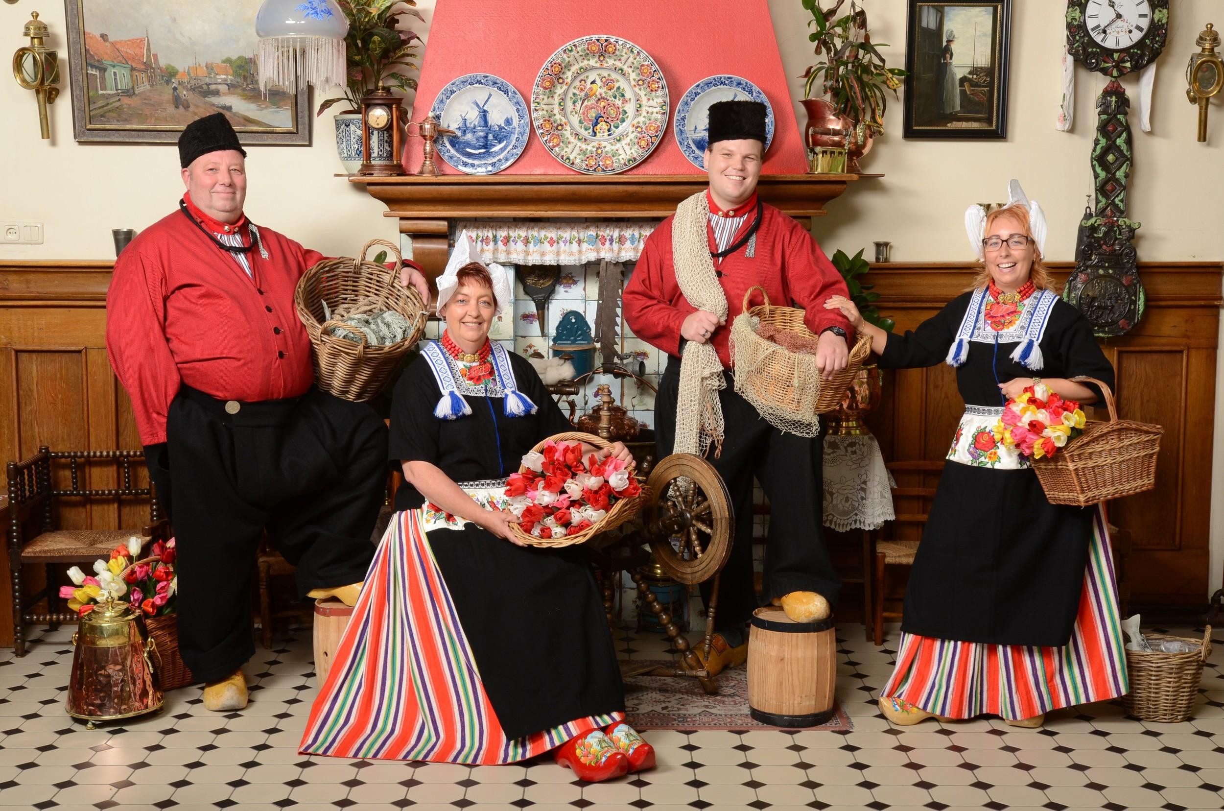 Klein groepje in Volendams kostuum