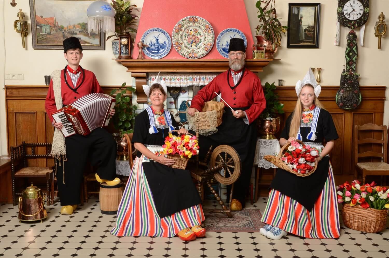 Gezin in Volendams kostuumTEST2.JPG