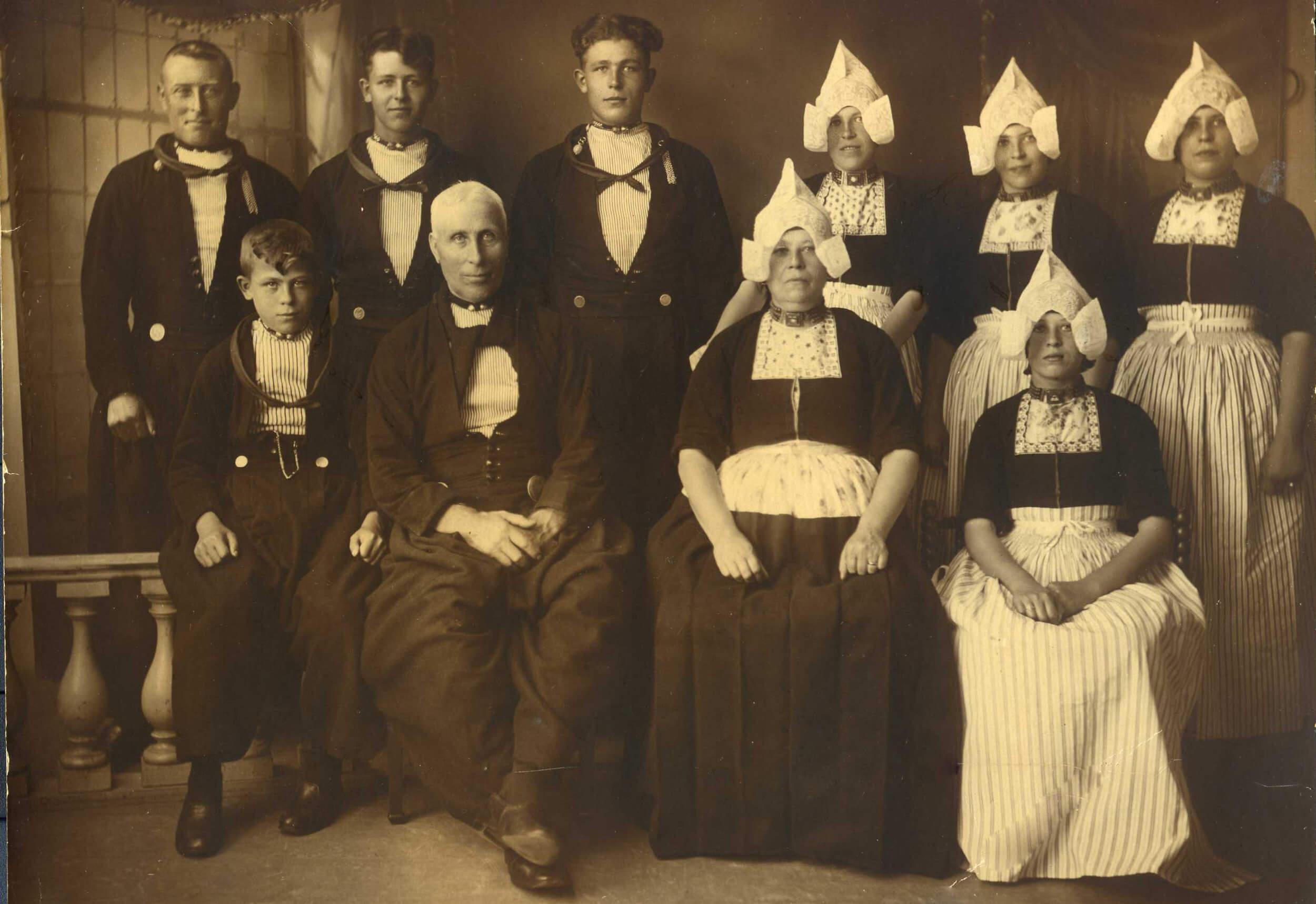 familie in klederdracht.jpg