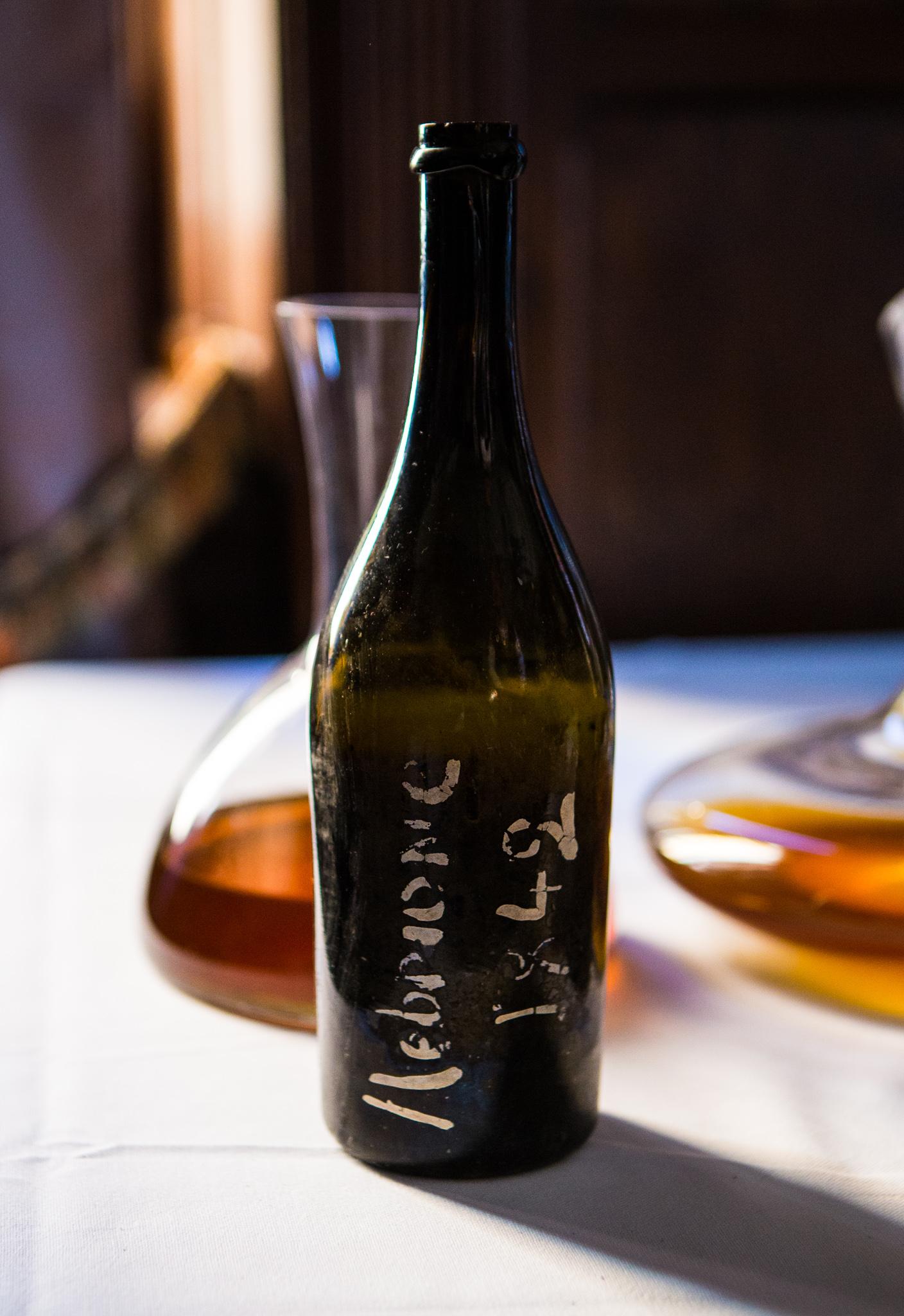 Den eldste flasken, fra 1842.