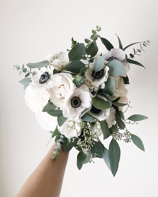 Sweet and simple bouquet with all the gorgeous texture. 😍 I am gearing up for a FULL spring & summer wedding floral season and I cannot wait!! If you're married or are getting married what is one flower you have to have in your bouquet? Mine would definitely be anemones! Leave yours down below! 👇🏼