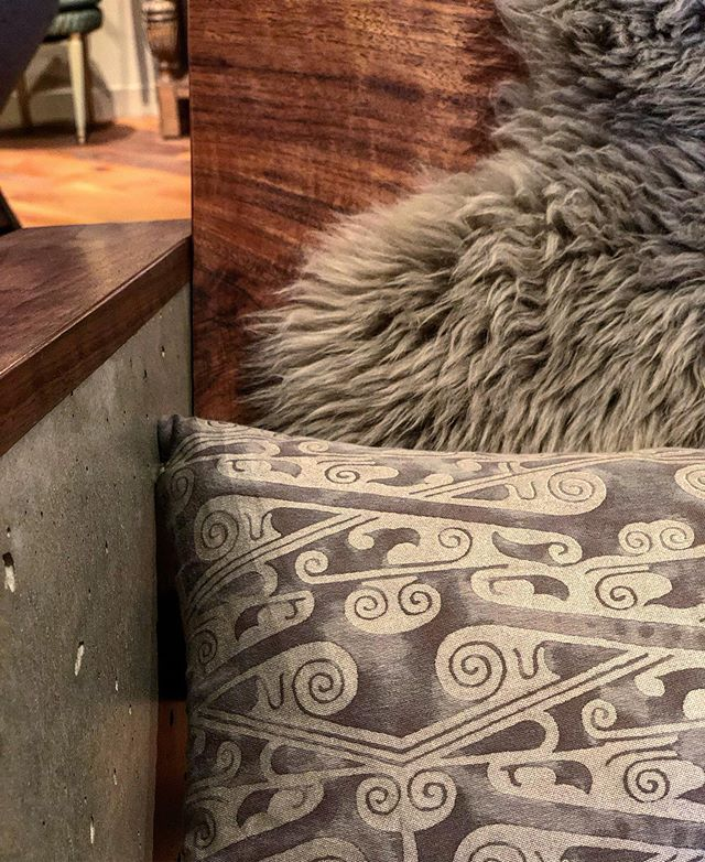 Love this detail of materials and textures. Paid a visit to @fortunyvenezia to find my chair with a beautiful pillow from their W/S 19 collection on it.  #textiles #marianofortuny #knuckleonbonecollection