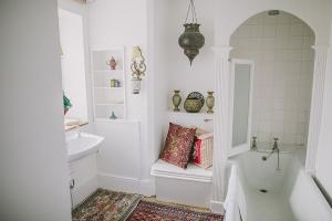 moroccan-room-en-suite.jpg-nggid03109-ngg0dyn-300x200x100-00f0w010c011r110f110r010t010.jpg