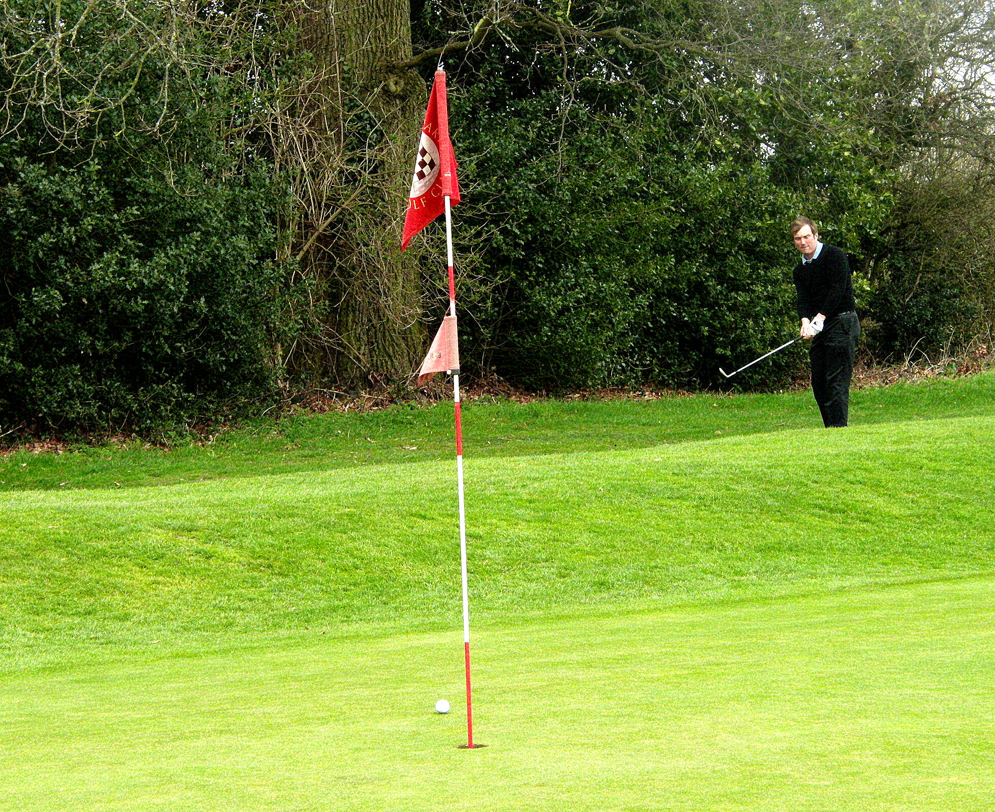 Jeremy Reilly Limitless Golf Professional playing a pitch to the 2nd hole at Chartridge Park Golf Club