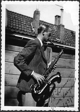 Rein Bennink op tenorsax, 1937. Collectie Han Bennink