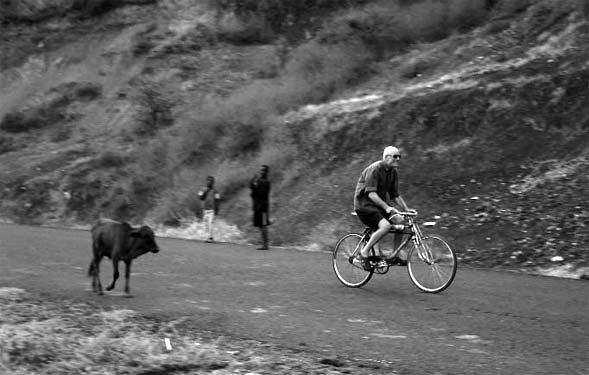 Op de fiets in Ethiopië, 2004. Foto Jos Kleij