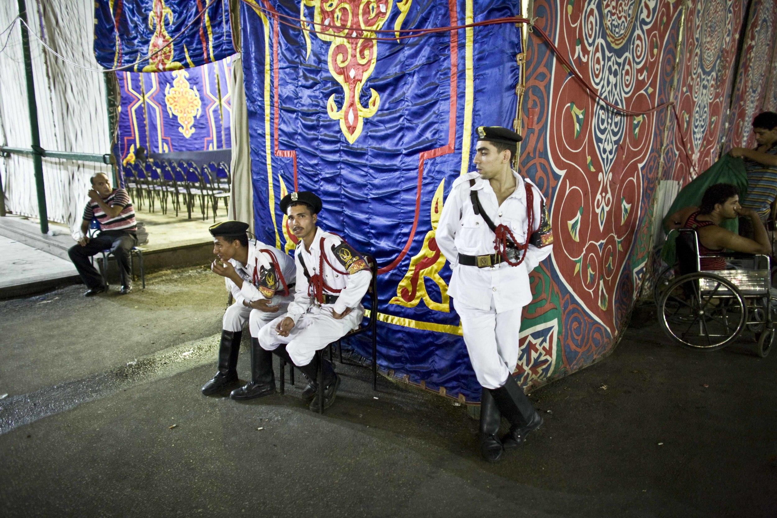 Il Cairo - Festival Canto del Corano (05) Giovani poliziotti all'ingresso della Moschea Sayyidna al-Hussein.jpg