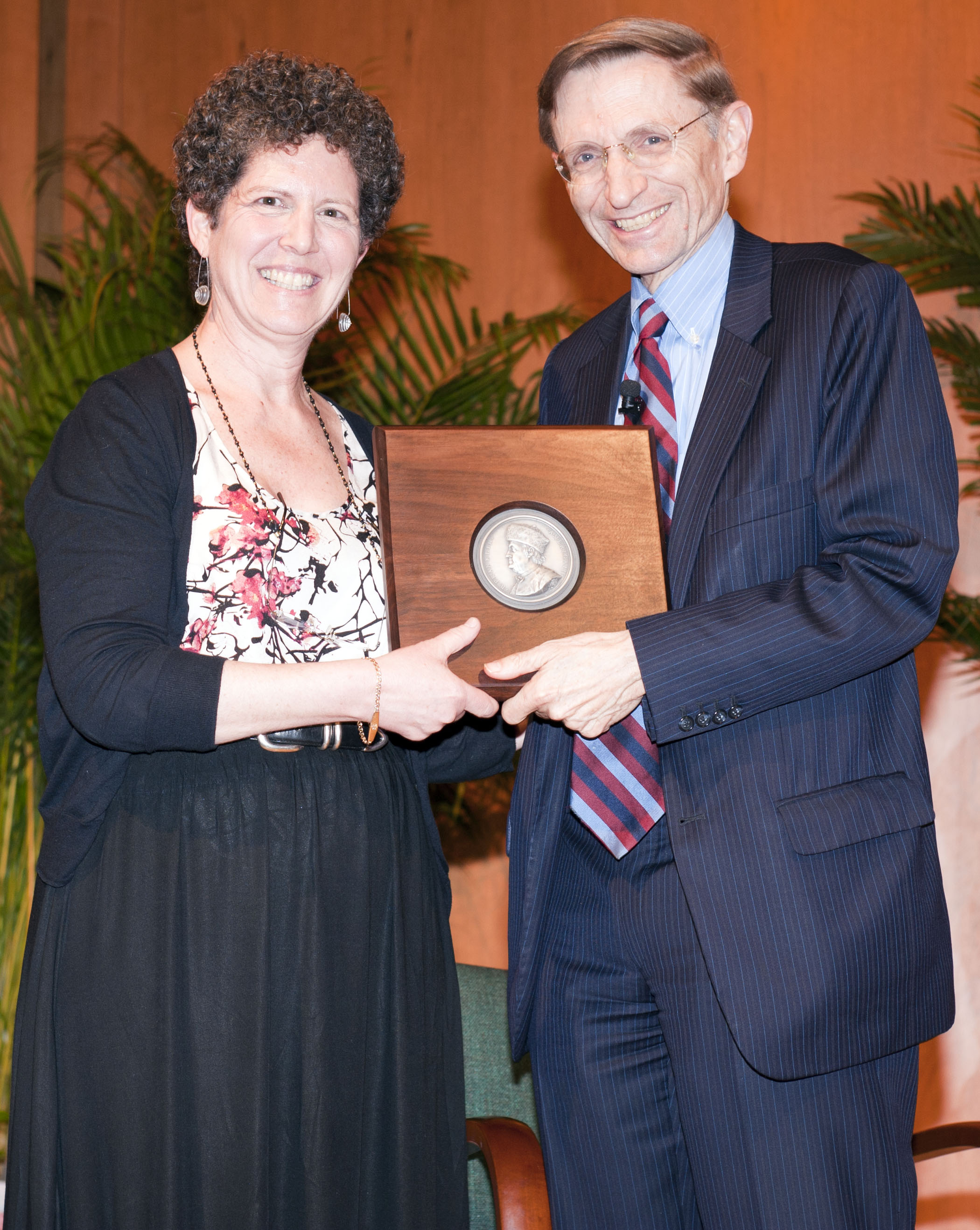 Laurie Kahn presenting Bill Drayton with his Laureate plaque