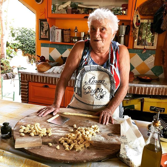 Flashback to beautiful Ischia and our first session with Giggina who made gnocchi for us - swipe to see a video of her rolling them. Her kitchen is fabulous- it made me want to paint my kitchen walls burnt orange too. #pastagrannies #gnocchi #ischia