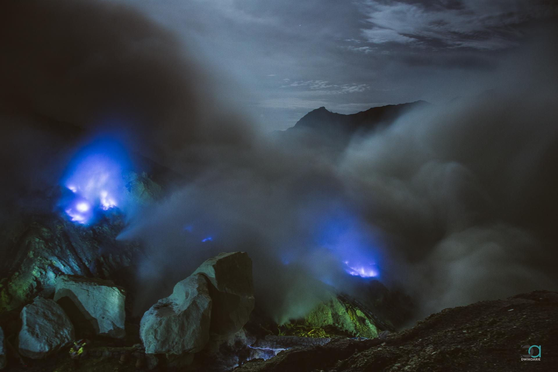 blue-sulphur-flame-kawah-ijen-east-java