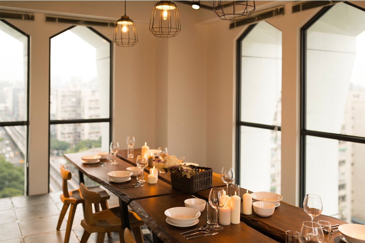 閣樓10 - 15 人小型會議廳,不只可以用來開會,還能舉辦小型工作坊和聚會,多元的空間選擇,幫助新創團隊節省時間和空間成本 圖片來源:Kafnu 官方網站