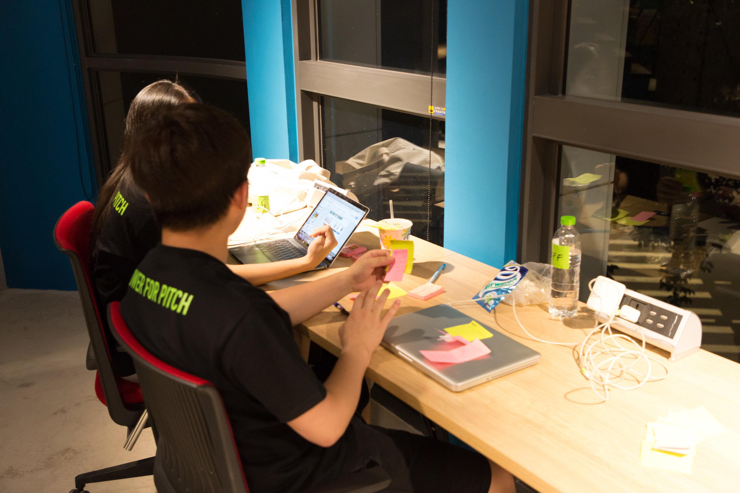 附有獨立插座的長桌適合作為個人工作區,新創公司在此賣力製作簡報 圖片來源:寶渥團隊