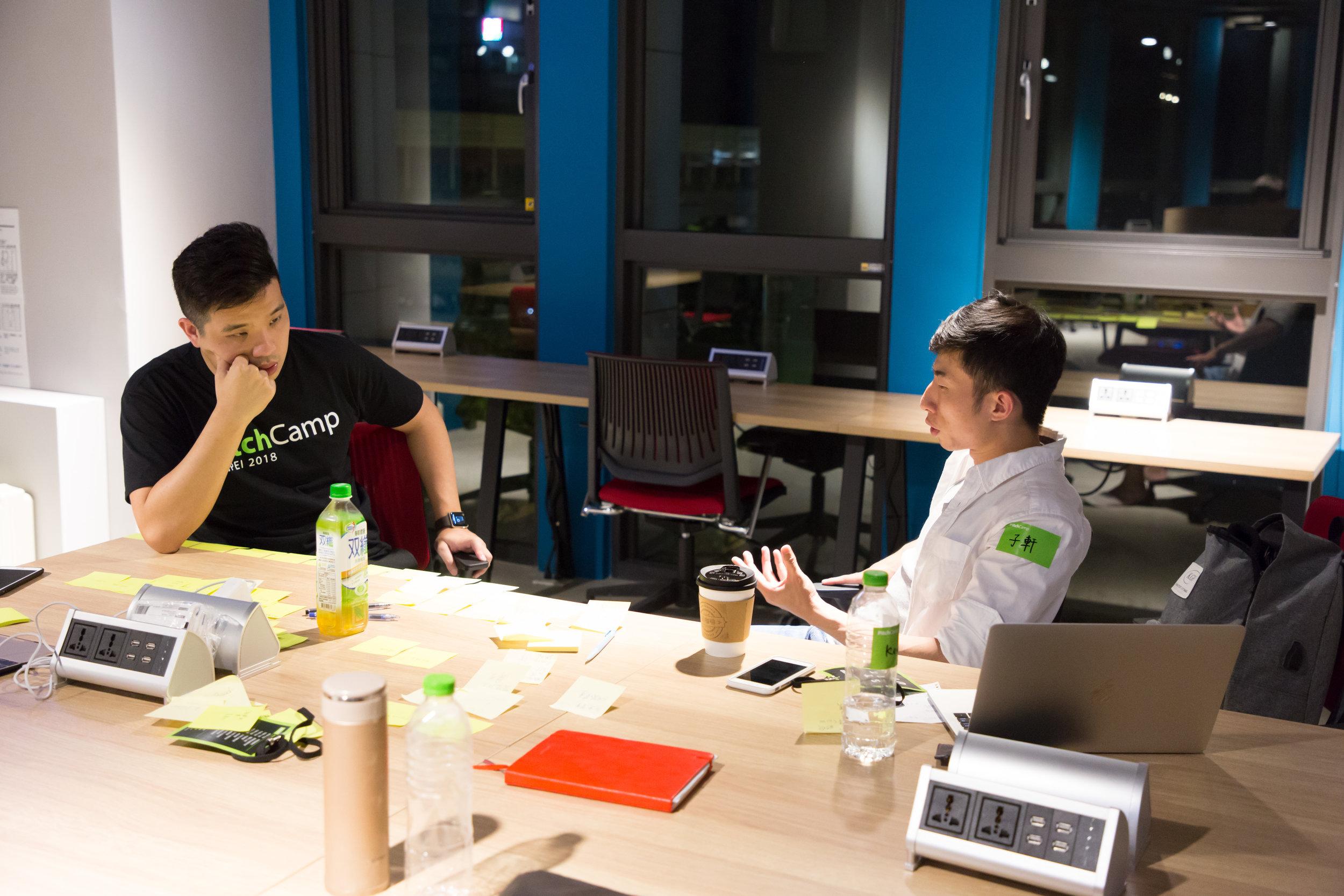 選擇 6 - 8 人座位的討論區,用便利貼互相激勵靈感、逐步調整簡報架構,為隔日 PitchTime 奮力一搏 圖片來源:寶渥團隊