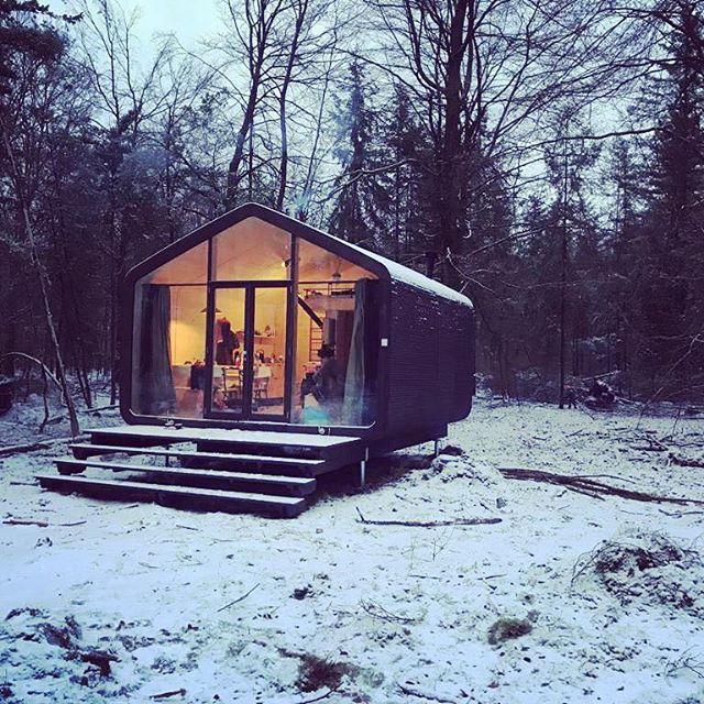 Deze Cabiner heeft zijn eerste sneeuw gehad! Met de kachel aan genieten van de witte wereld ❄️🔥 • • • #cabin #tinyhouse #drenthe #slowtravel #snow #wanderlust #sustainable