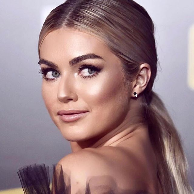 CF Artist @beautybyalessi knocks the glam game out the park ✨ • Makeup & Hair for beauty @lindsarnold for @disney 's @starwars #SOLO Premier 💃🏼💫 • #CONTOURFOSSA • #LindsayArnold #Disney #StarWars #Solo #RedCarpet #Makeup #Hair