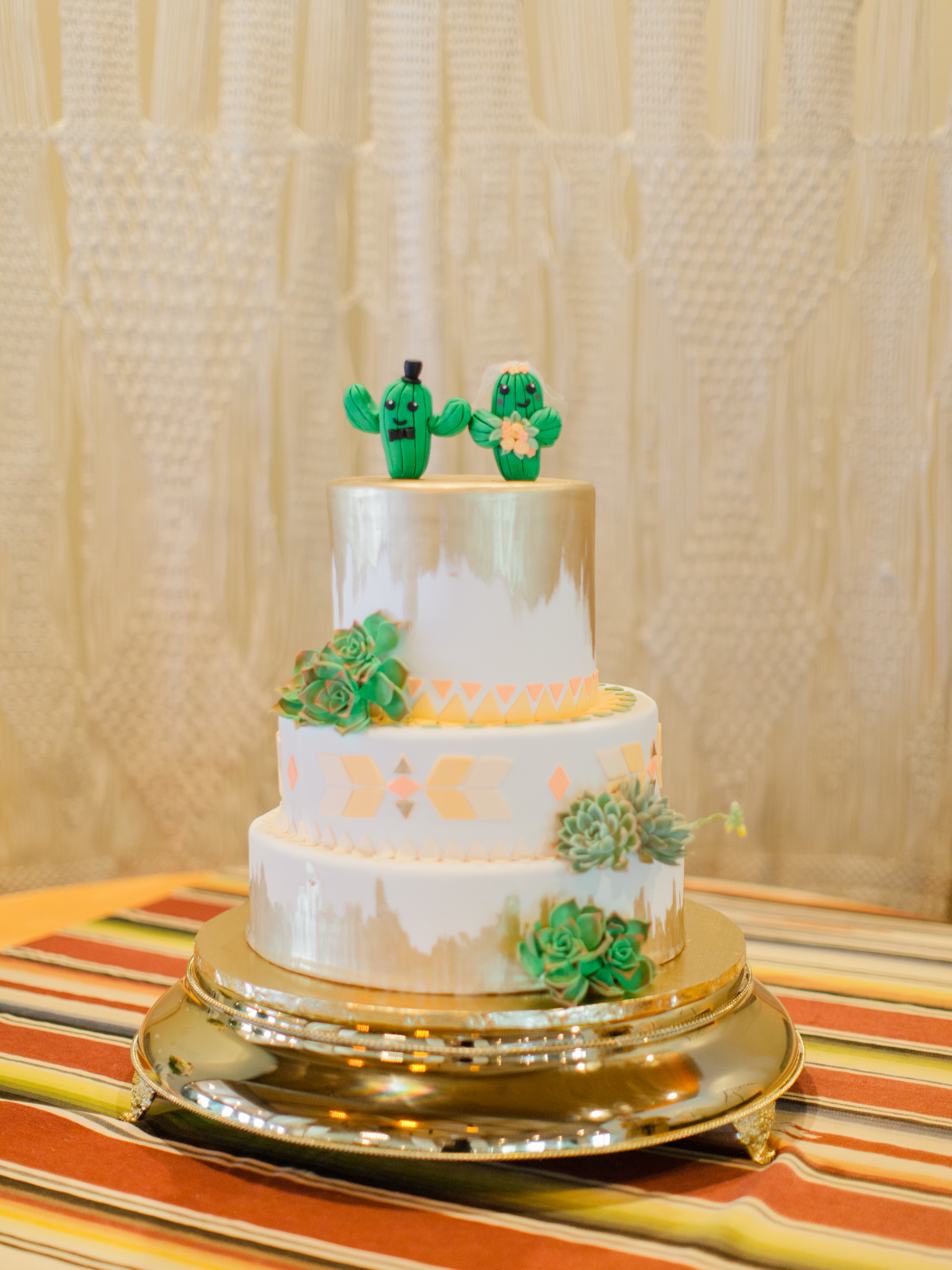 This 2Tarts cake and our macrame backdrop go together like peanut butter and jelly! Am I right?