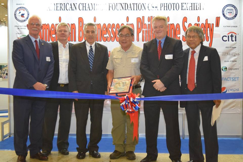 John Chua receiving a token of appreciation from Amcham's Board of Trustees and Advisors. Photo courtesy of Amcham Foundation