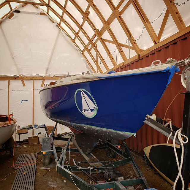 Spring has really been dragging it's heels, but we were able to get our first topside coat on today. Hopefully after the rain this coming week we will get some warmer days which will accelerate paint progress. . I think the Ensign is looking pretty good without the boot stripe, and itll make annual maintenance that much simpler . #soposail #boatshed #pearsonensign #sailing #maine #portland #ezpoxy #pettitezpoxy #electricsapphire