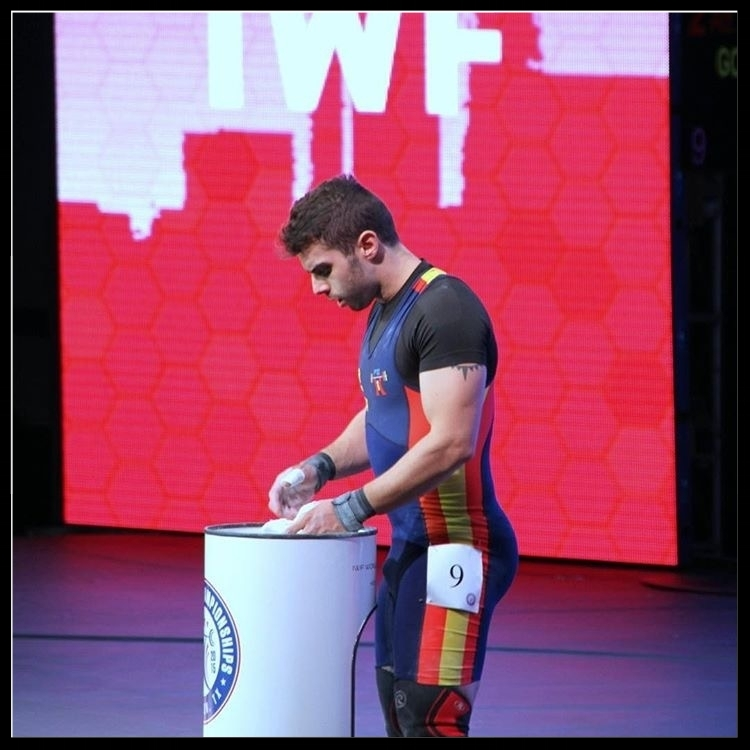 concentrating-alejandro-gonzalez-baez-professional-weightlifter-everyday-lifters