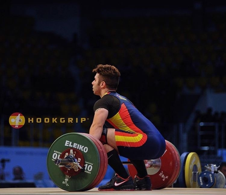 gonzalez-olympic-weightlifter-spain-weightlifting-chalk-photo-by-nat-hookgrip-snatches-setting-up.JPG
