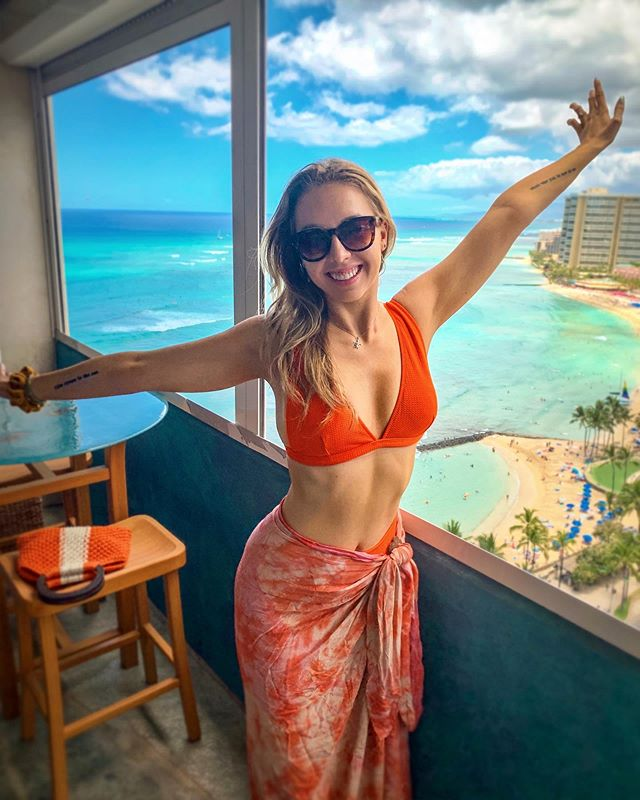Back in my happy place! ☺️So grateful to be back in Hawaii and rejuvenate after so much touring🙏🏼 🌺🏝 . . . #HALIENE #H👽 #alohappy #waikikibeach #happyplace #hawaiilife #aloha🌺 #singersofinstagram #bikinitime #edmgirls #oahuhawaii #oahulife #gratefulheart