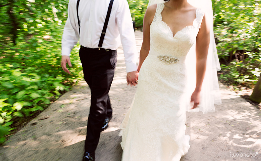22_Brookfield_Zoo_wedding_Chicago_iluvphoto_photographer_candid_natural.jpg