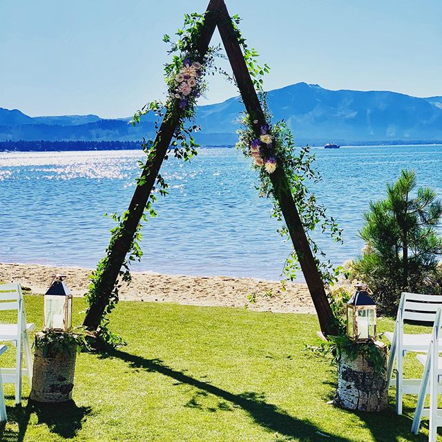 Copper everything.... yes please  Triangle arch... yes please  Velvet linens... yes please  @edgewoodtahoe  @cloudnineeventco  @latavolalinen