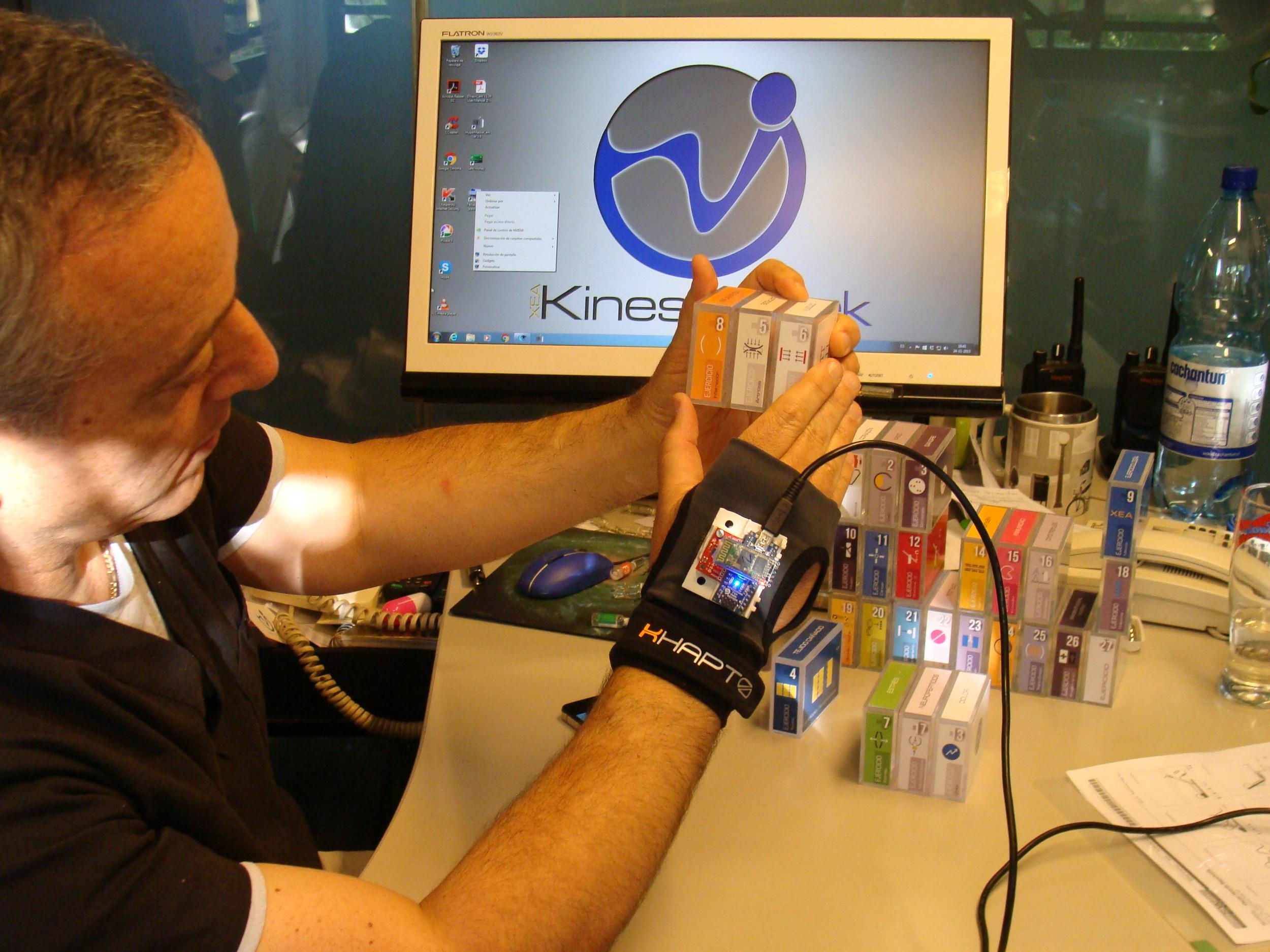kinesiologo de clinica de ejercicio kw y guante khapto.JPG