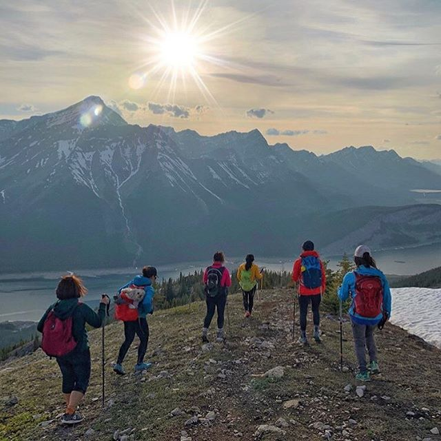 Girl gang goals 🤗@thisisjanmay and co. coming off Read's Tower in Canada's Kananaskis Country at sunset with a view of Spray Lakes. This is a short but somewhat strenuous hike of over 900m elevation gain over 6km return hiking. It's open all year-round and often has snow on the summit - proper equipment necessary.