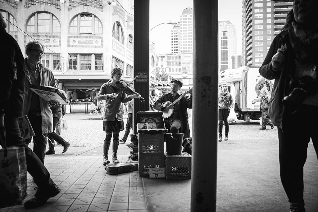 Photography-inspiration-Seattle-street-performers-musicians-Pike-Place-Market-by-Atlanta-photographer-Chanel-French