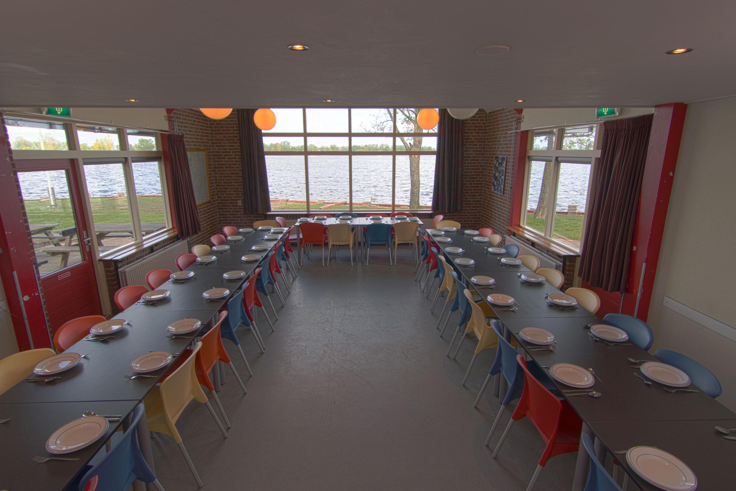 Eetzaal-met-gedekte-tafels-en-uitzicht-over-het-Wijde-Wiede - 2500px.jpg