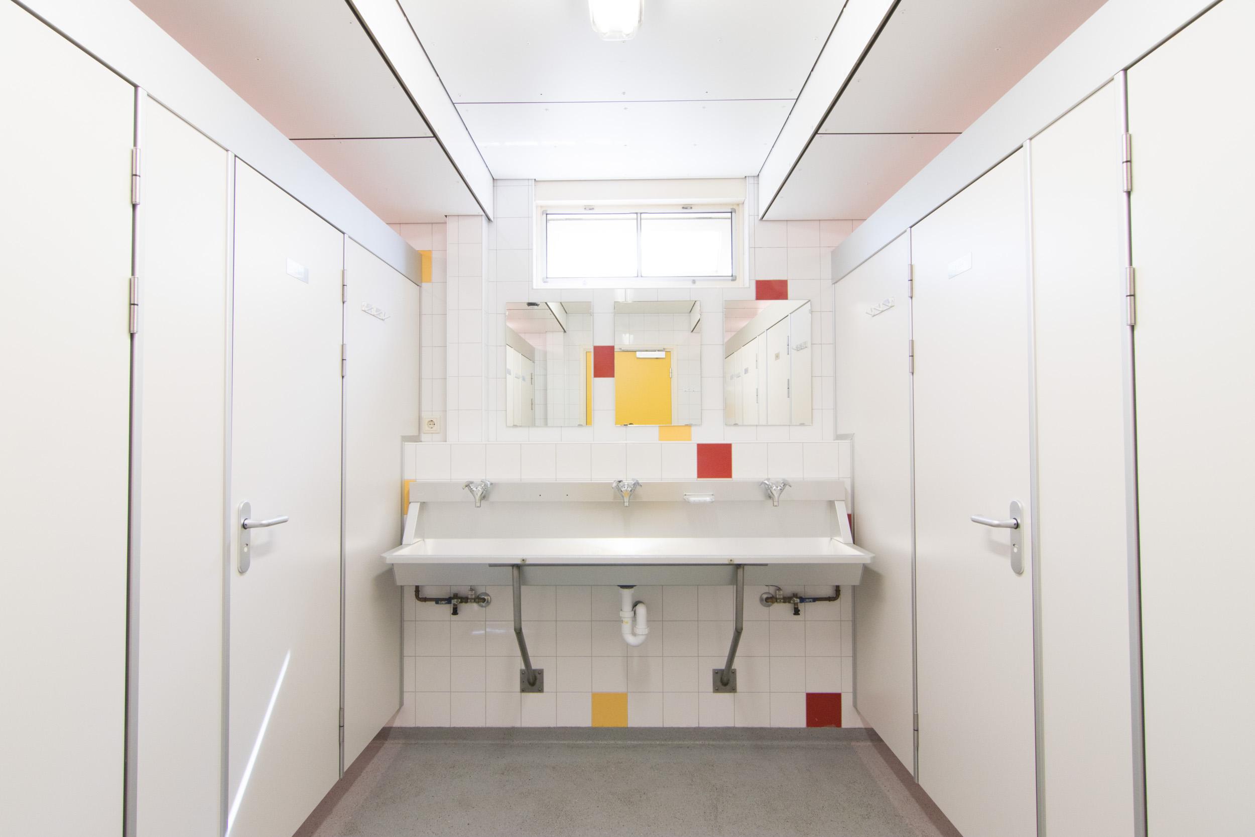 Douche en toiletruimte beneden - 2500px.jpg