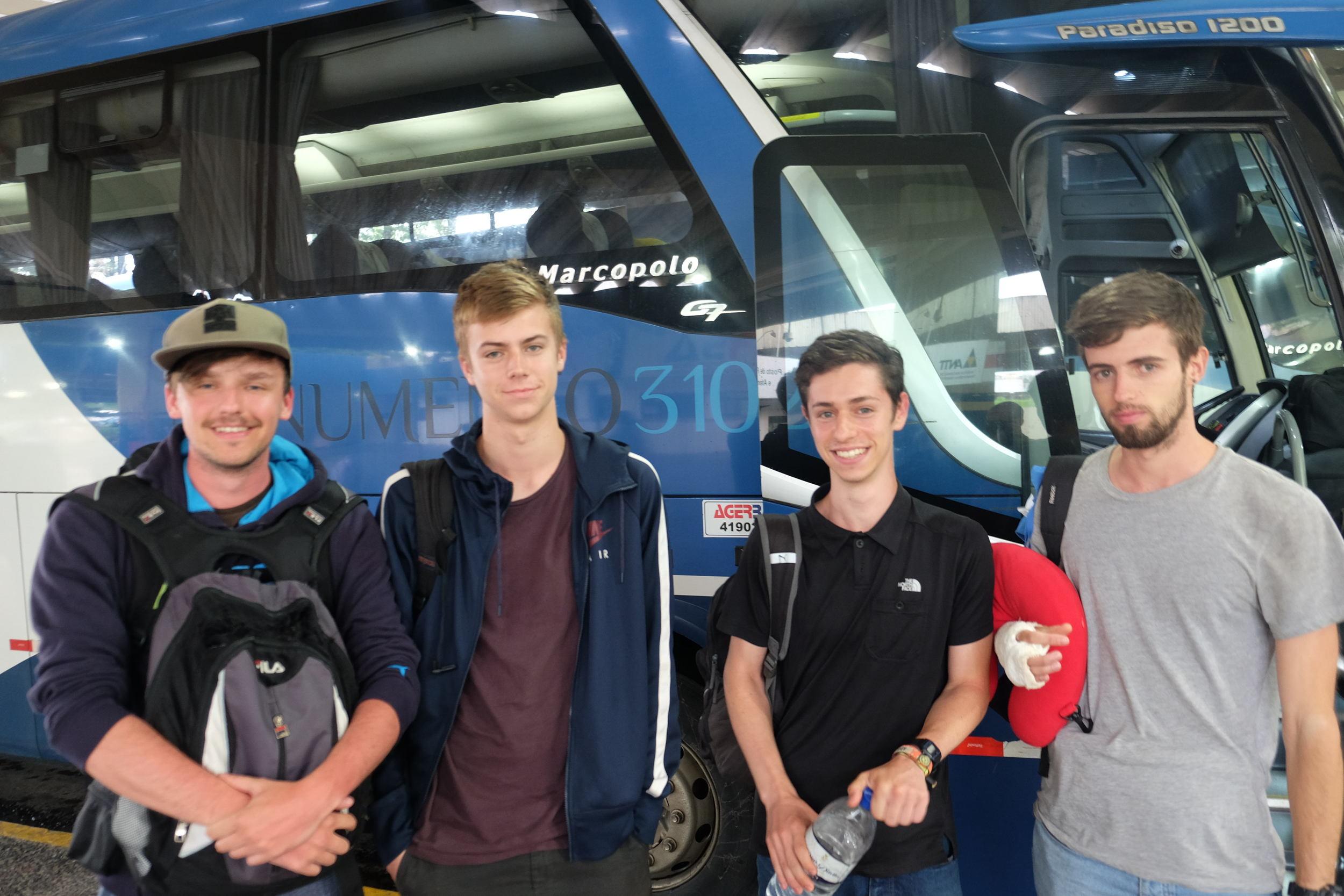 Marco, Sam, Isaac et Tobias après 10h de bus à coté des toilettes