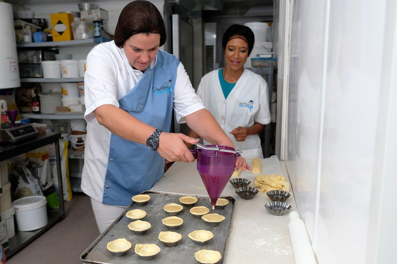 Ana Nogueira (L) and Sheree M. Mitchell (R). Pastelaria Batalha Pasteis de Nata Workshop, Lisbon, Portugal. Photographer:    Paulo Petronilho