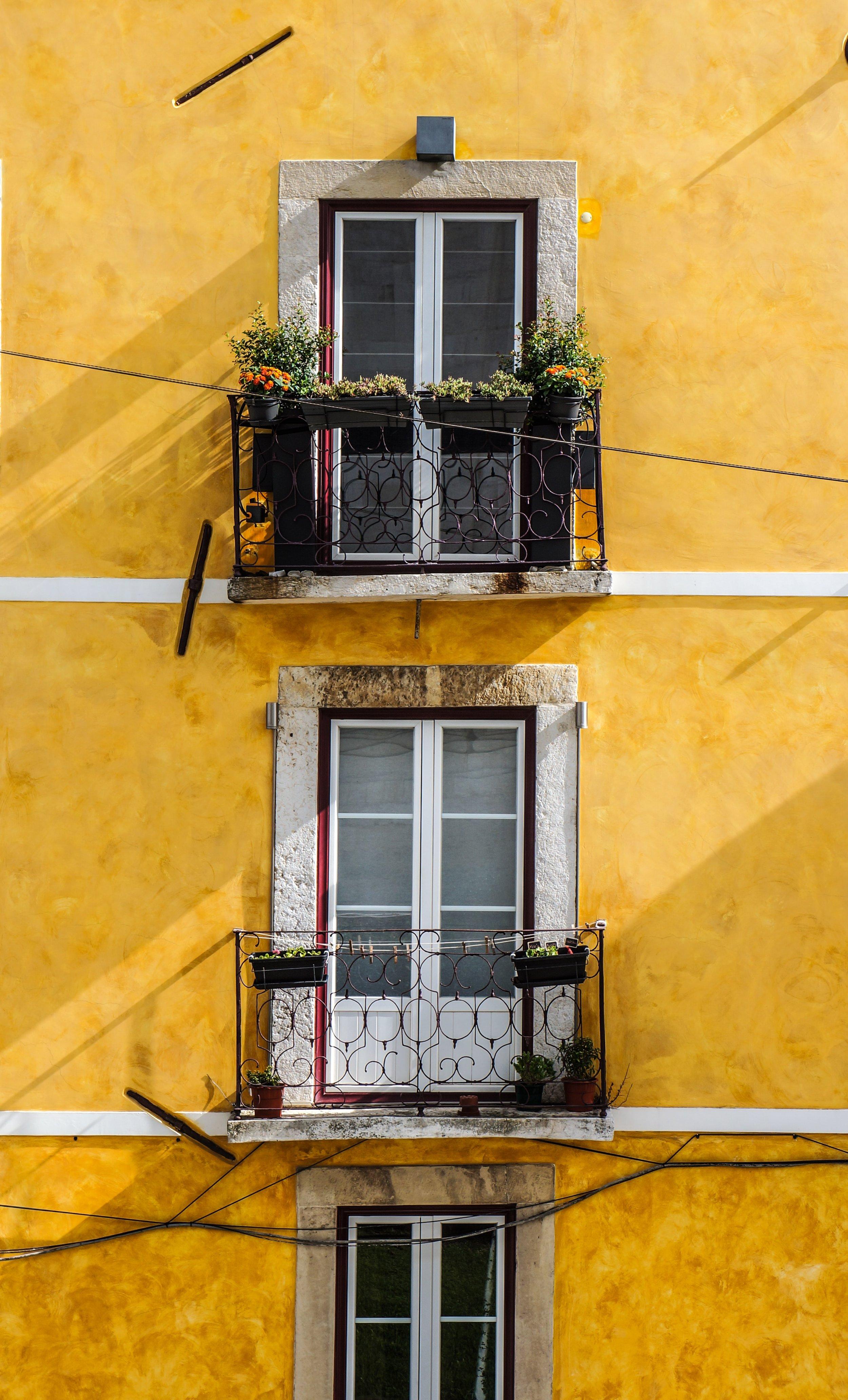 yellow building Lisboa.jpg