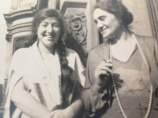 Tante Ella (with cigarette) and her niece in Berlin 1929.