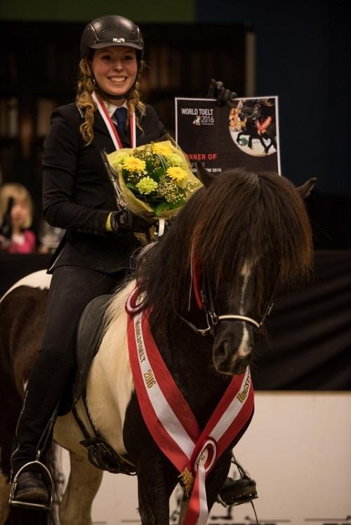 Aron fra Møllegaard med Amalie Møller-San Pedro da de vandt publikumskonkurrencen for 5-gængere ved World Tølt 2016.