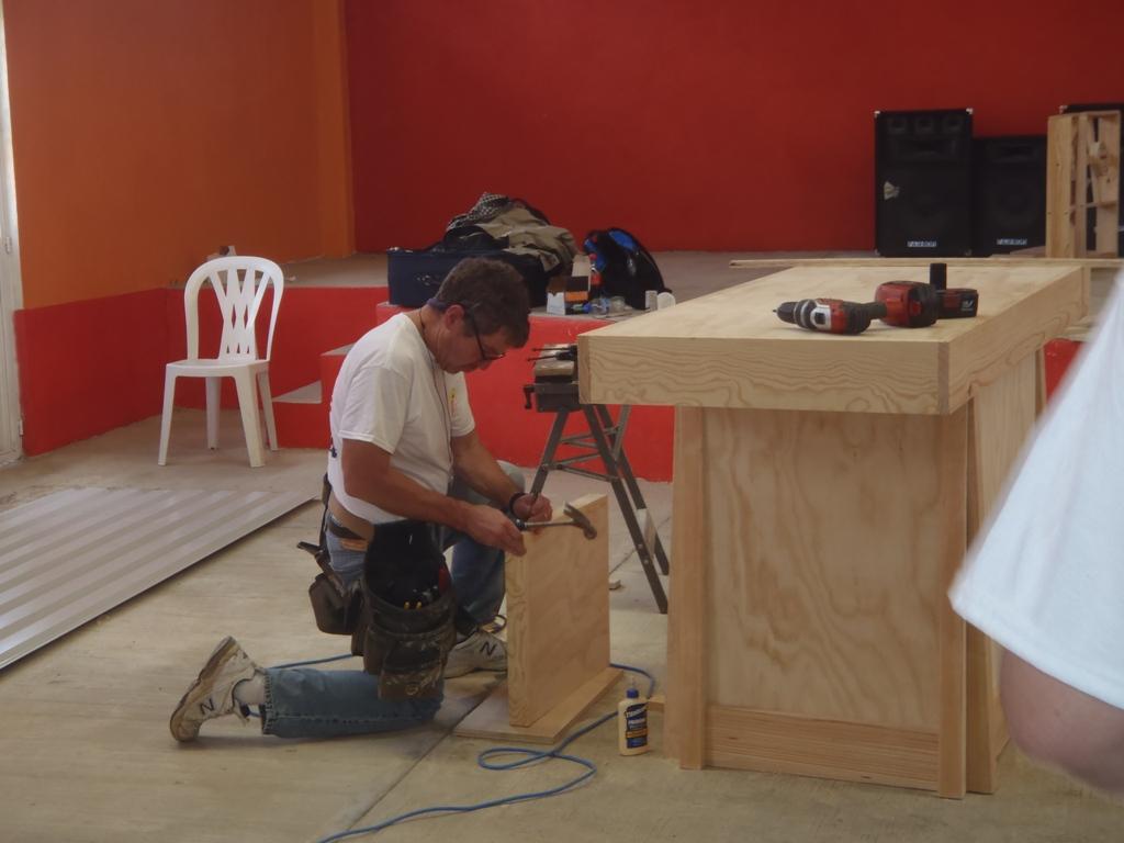 Building the altar 1024.jpg