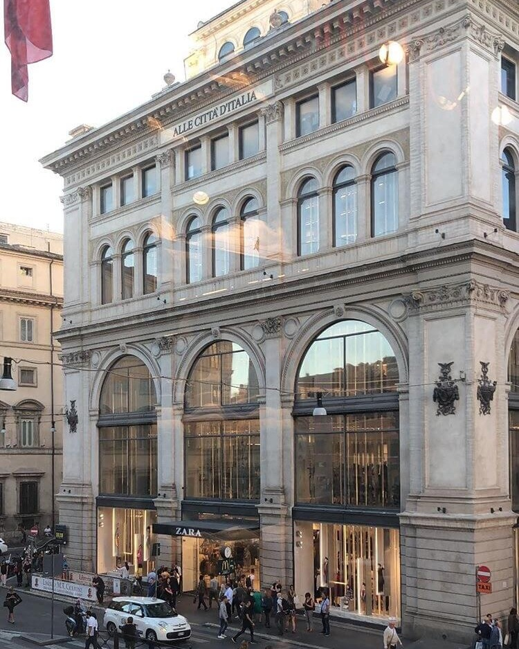 Outside at Piazza Colonna, near the Trevi Fountain, you will find a central and popular area for shopping.