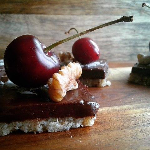 Vegan Raw Chocolate Tarts with Cherries... all #glutenfree #sugarfree #plantbased #veganlife #rawchocolate #rawdessert #rawspooon