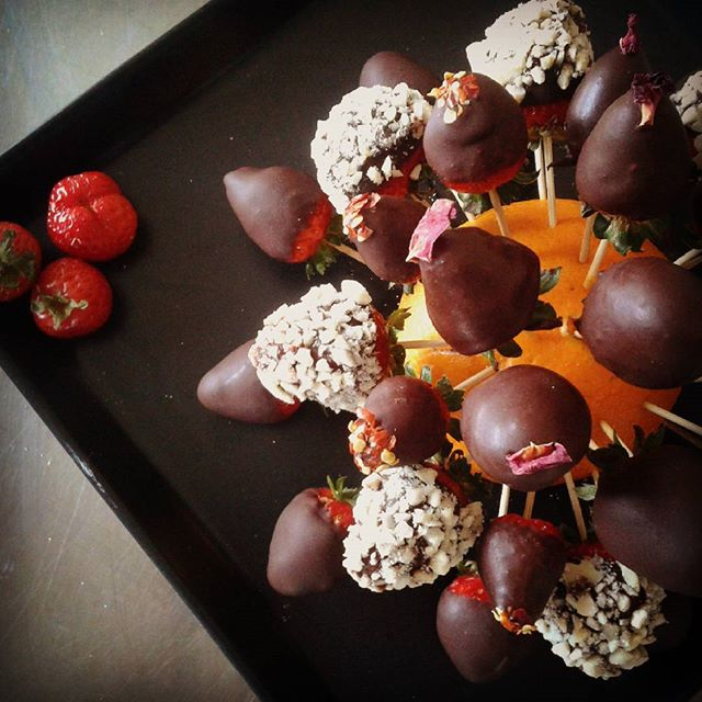 A little welcome snack for our Yoga & Raw Chocolate retreat guests...Strawberries dipped in raw chocolate..Pure dark chocolate, Rose flavoured, Chilli flavoured or Crunchy almonds...what's your favourite? #rawchocolate #rawcacao #veganlife #yogalovers #healthylifestyle #rawspooon #twistsandbeans #ondinaguesthouse