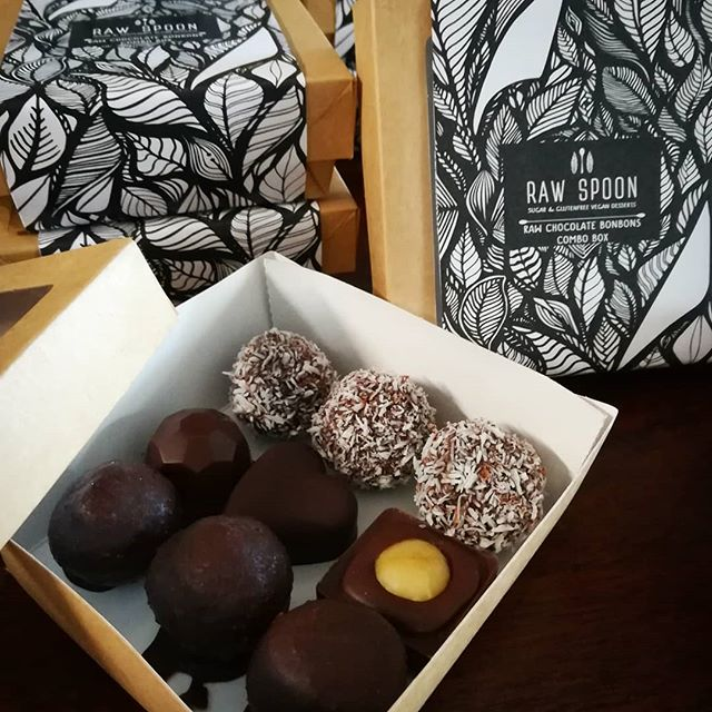 Raw spoon's fresh batch of vegan and sugarfree raw chocolate bars and bonbons is ready and packed, all prepped for the local Xmas market this weekend in Casarabonela and next weekend in Alozaina, Malaga province, Spain Come and have a taste :) #rawchocolate #veganchocolate #sugarfreechocolate #rawvegandessert #handcraftedchocolates #chocolatelove #chilichocolate #gingerchocolate #spicedchocolate #blissballs #veganglutenfree #rawspooon