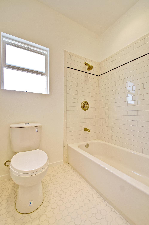 bathroom-p375393_web.jpg